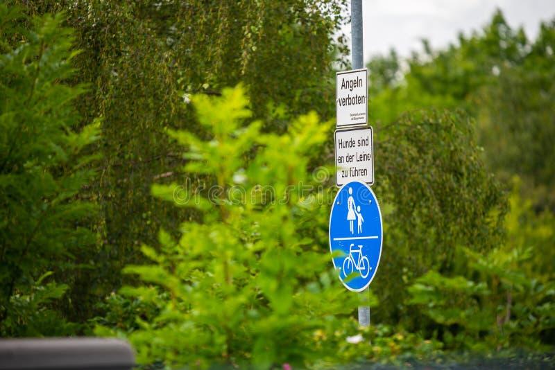 Zeichenwald Deutschland an einem See lizenzfreies stockfoto