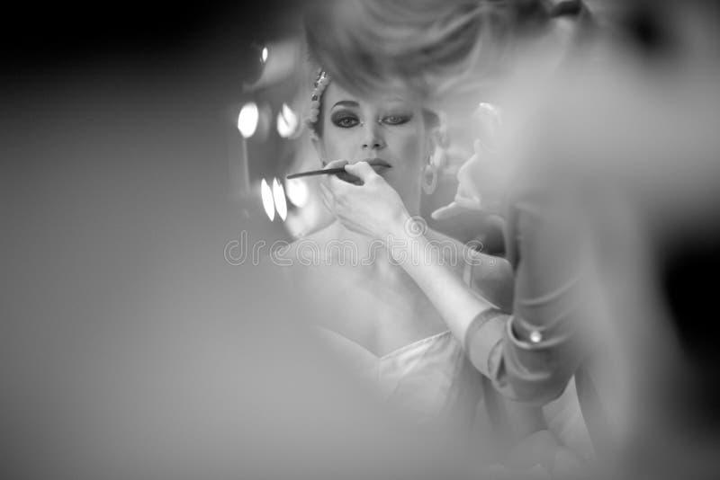 Zeichnen eines Stadiumsmakes-up auf dem Gesicht einer Ballerina lizenzfreies stockfoto