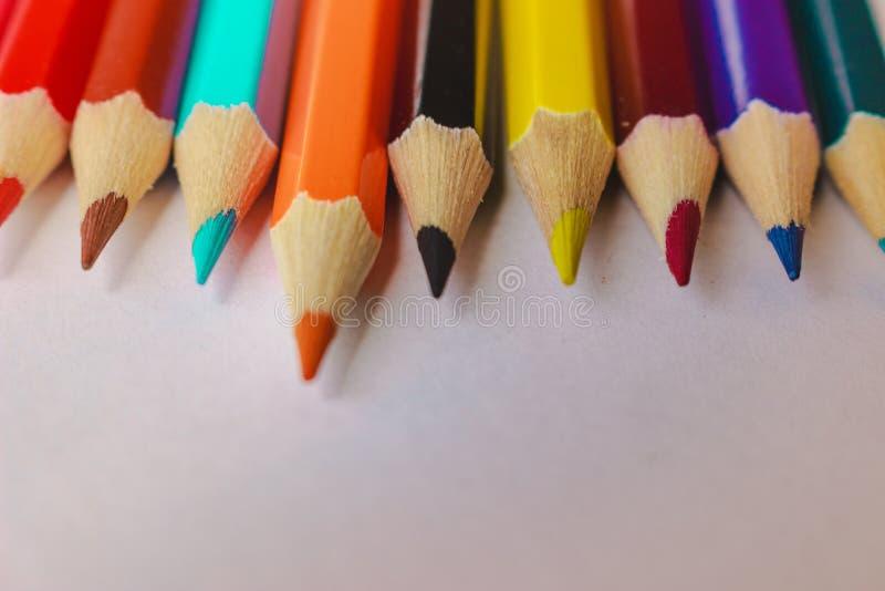 Zeichnen Regenbogenfarbe auf einer Linie an Makrospitze lizenzfreies stockbild