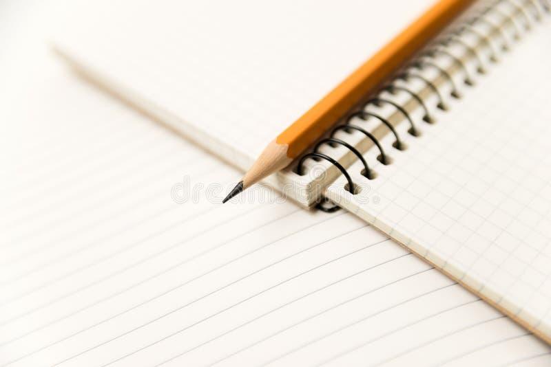 Zeichnen Sie auf den Seiten eines offenen Notizbuches für Aufzeichnungen an stockfotografie