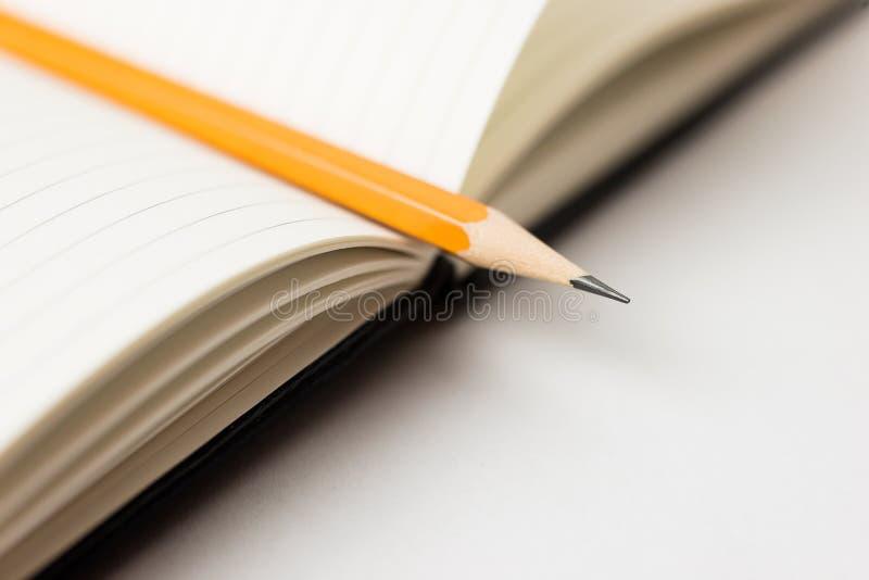 Zeichnen Sie auf den Seiten eines offenen Notizbuches für Aufzeichnungen an lizenzfreies stockfoto