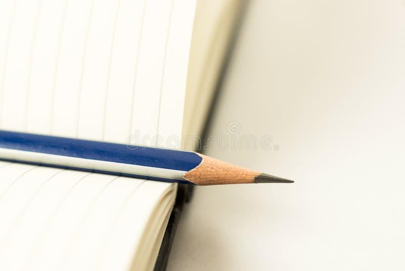 Zeichnen Sie auf den Seiten eines offenen Notizbuches für Aufzeichnungen an lizenzfreie stockbilder