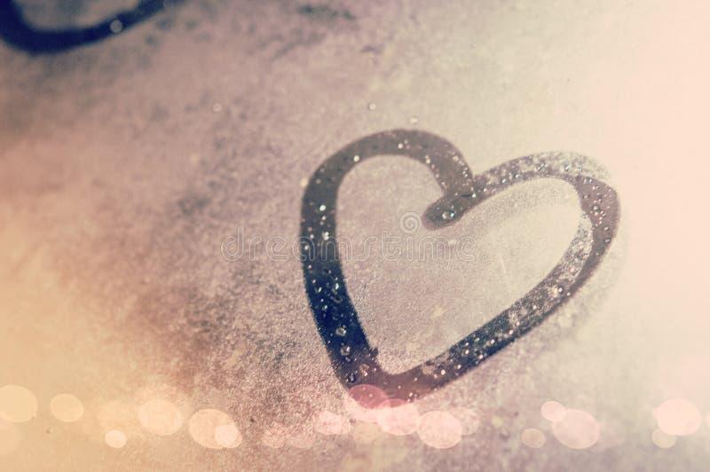 Zeichnen Sie ein Herz auf dem Spiegel mit Wassertropfen und Weinlesegebrauch ein Hintergrund, die Liebe, Herz zu zeigen für Liebe lizenzfreie stockfotografie