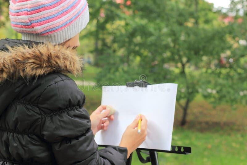 Zeichnen Sie eine Landschaft im Park stockbilder
