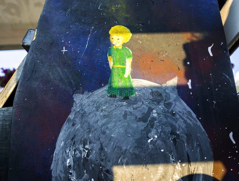 Zeichnen von einem kleinen Prinzen der Märchen stockbilder