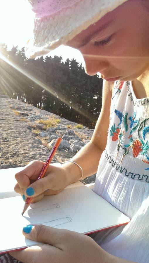 Zeichnende griechische Spalten des Mädchens stockfoto