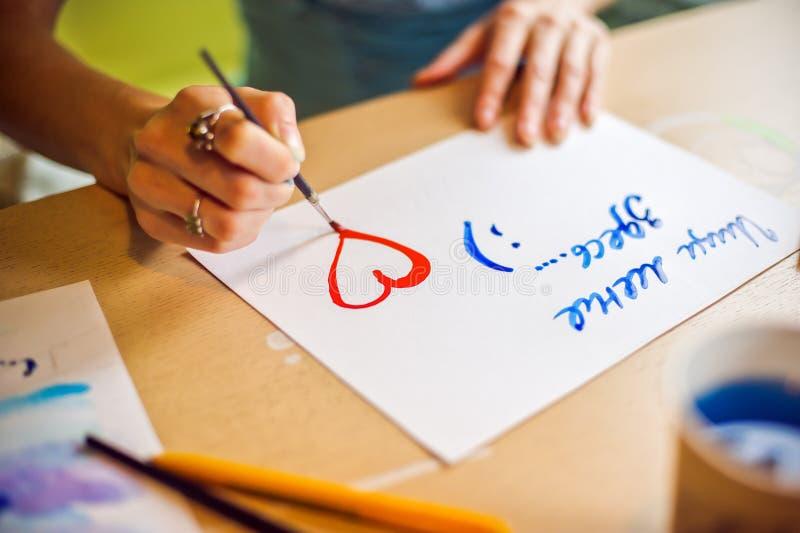 Zeichnet die Bürste auf dem Papierblau lizenzfreies stockfoto