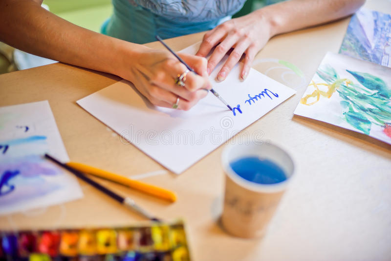 Zeichnet die Bürste auf dem Papierblau stockfotografie