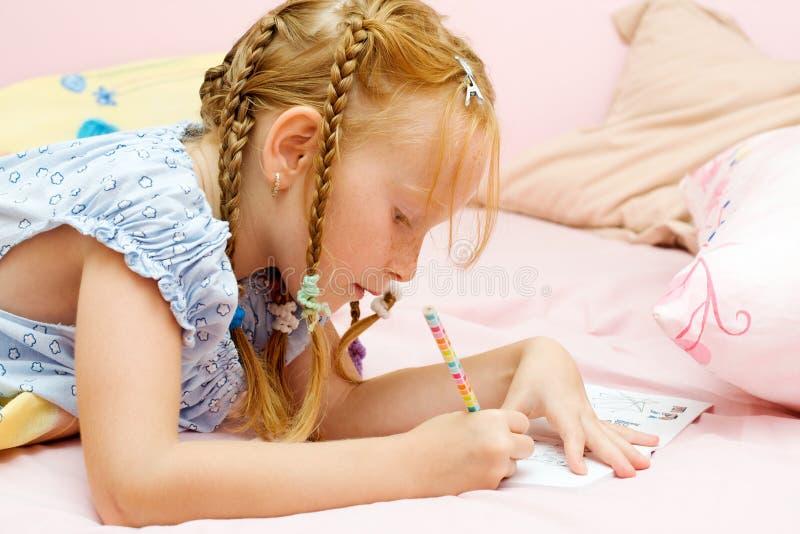 Zeichnung des jungen Mädchens lizenzfreie stockfotografie