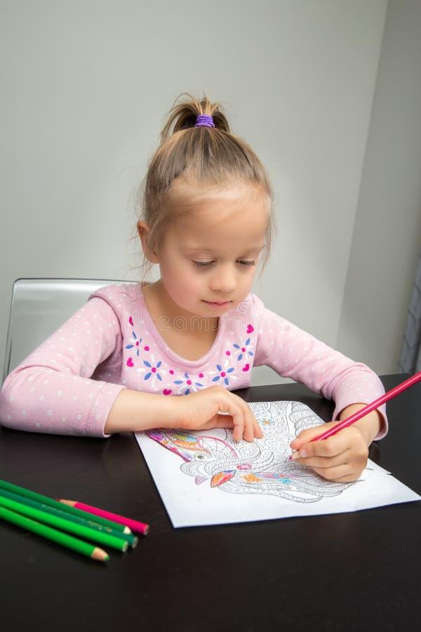 Zeichnung des jungen Mädchens stockbilder