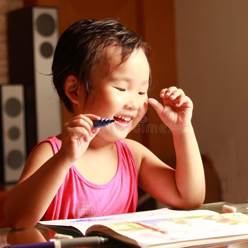 Zeichnung des kleinen Mädchens lizenzfreie stockbilder
