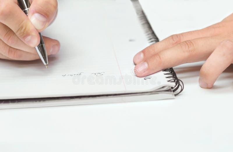 Zeichnung des Mannes Handin einem Notizbuch lizenzfreies stockbild