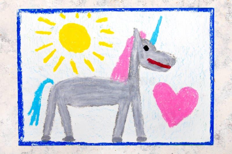 Zeichnung: nettes graues Einhorn und großes rosa Herz lizenzfreie stockfotografie