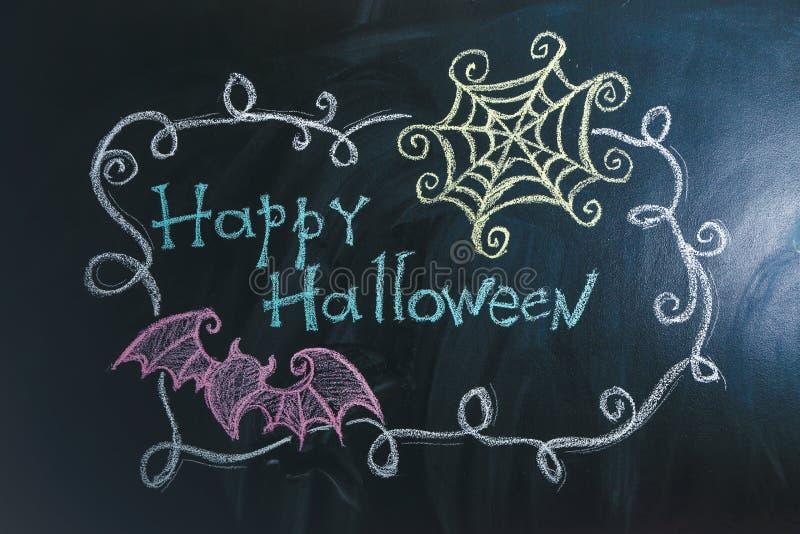 """Zeichnungen mit Text \ """"glücklichem Halloween \"""" auf dunklem Hintergrund stockfoto"""