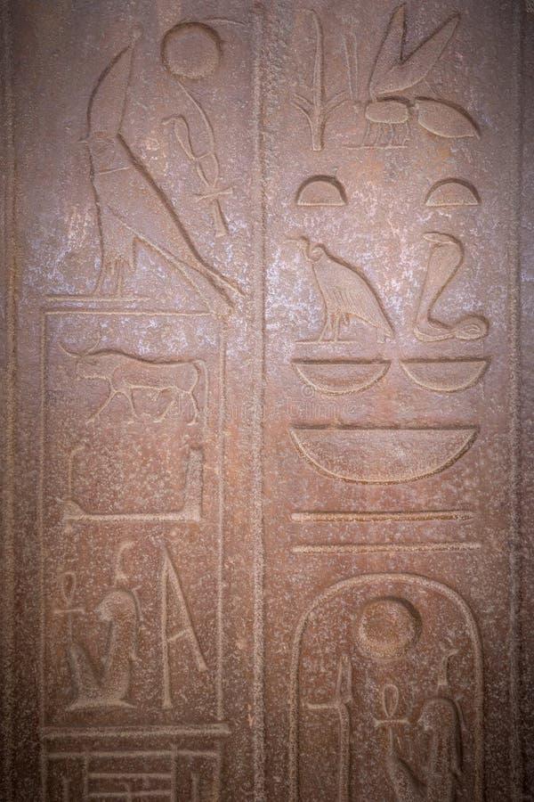 Zeichnungen und Malereien auf den Wänden des alten ägyptischen Temp lizenzfreie stockbilder