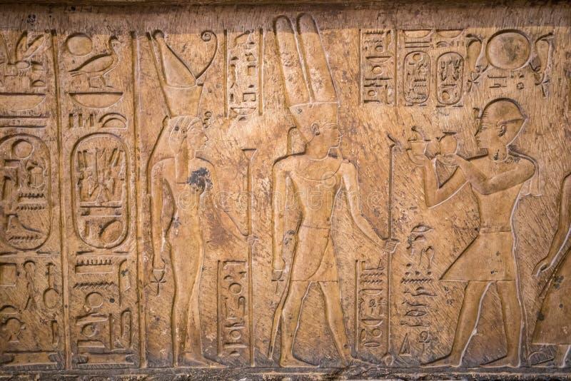 Zeichnungen und Malereien auf den Wänden des alten ägyptischen Temp lizenzfreies stockbild