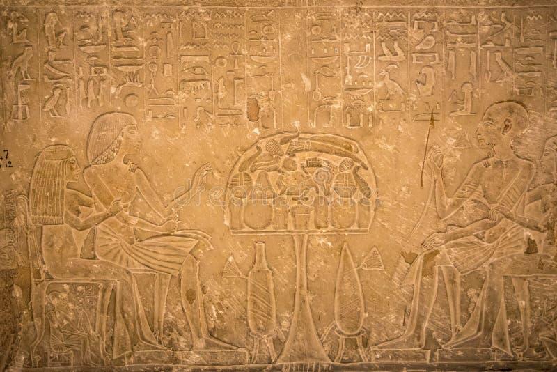 Zeichnungen und Malereien auf den Wänden des alten ägyptischen Temp lizenzfreie stockfotos