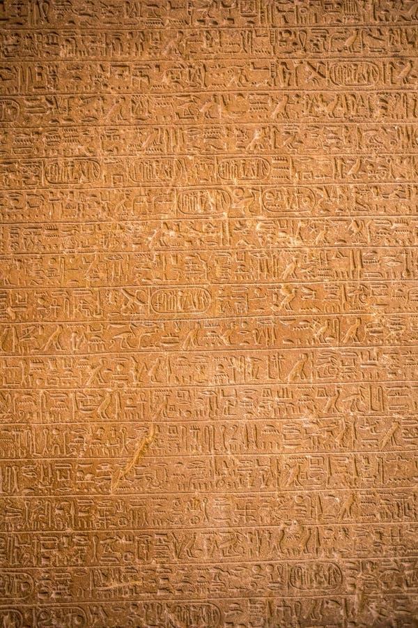 Zeichnungen und Malereien auf den Wänden des alten ägyptischen Temp stockfotografie