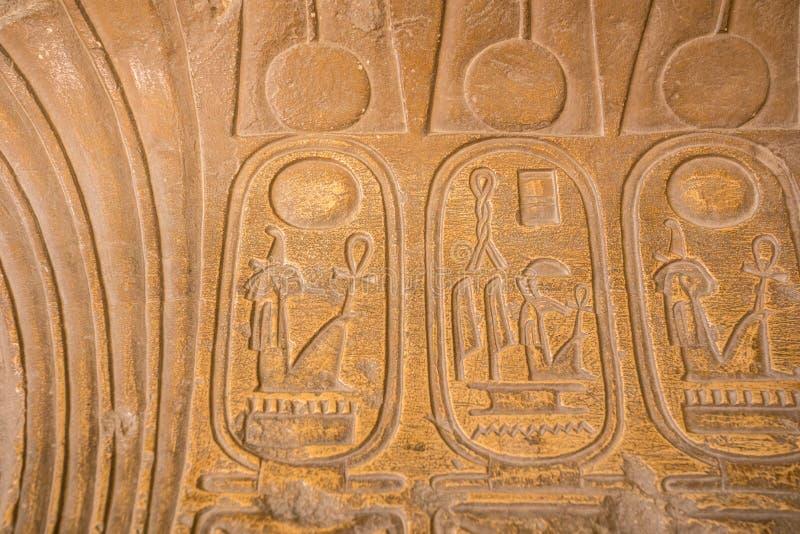 Zeichnungen und Malereien auf den Wänden des alten ägyptischen Temp stockfoto