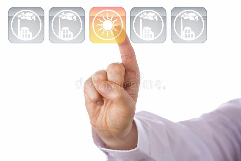 Zeigefinger, der gelbe Solarenergie-Ikone hervorhebt stockfoto