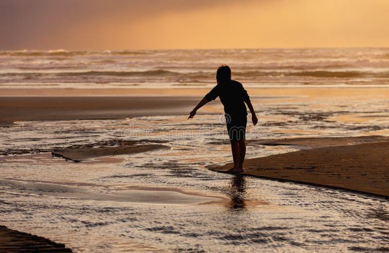 Zeigen auf das Wasser bei Sonnenuntergang lizenzfreie stockfotos