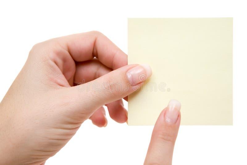 Zeigen auf ein gelbes Post-It stockfoto