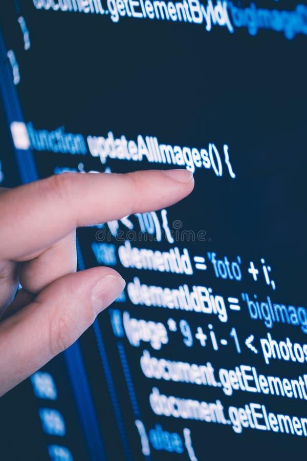 Zeigen auf eine Aktienkurve auf den Bildschirm mit dem Finger stockfotografie