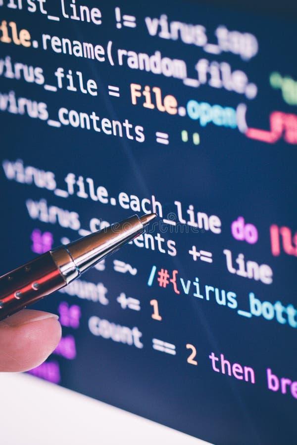 An zeigen codieren am Bildschirm mit Stift Software- stockbilder