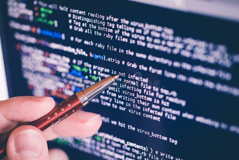 An zeigen codieren am Bildschirm mit Stift Software- stockfotos