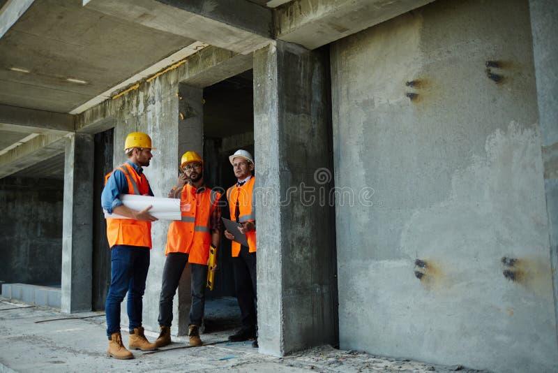 Zeigen der Baustelle zum Inspektor lizenzfreies stockfoto