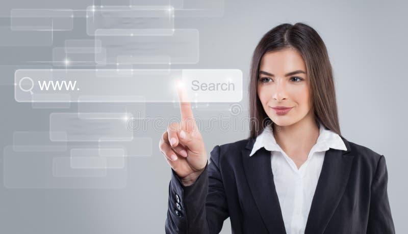 Zeigen der jungen Frau WWW und Netz-Surfen lizenzfreies stockbild