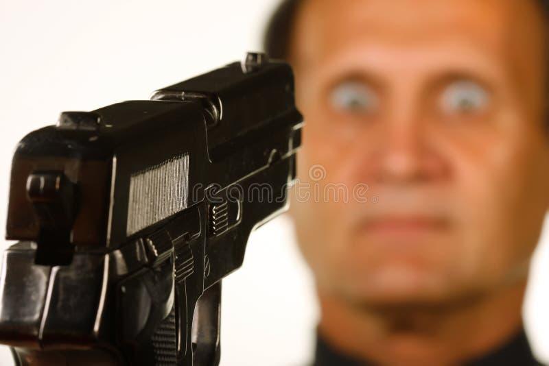 Zeigen einer Pistole auf einen Mann stockfoto