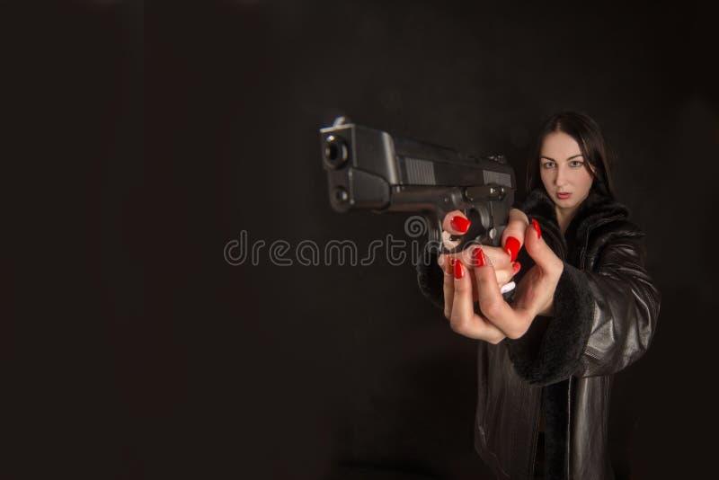 Zeigen eines Gewehrs stockbild