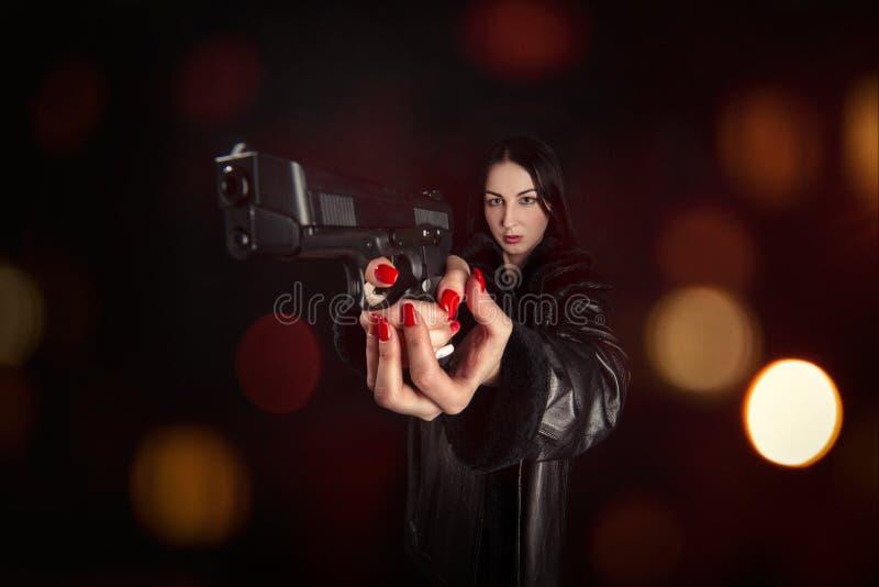 Zeigen eines Gewehrs stockbilder