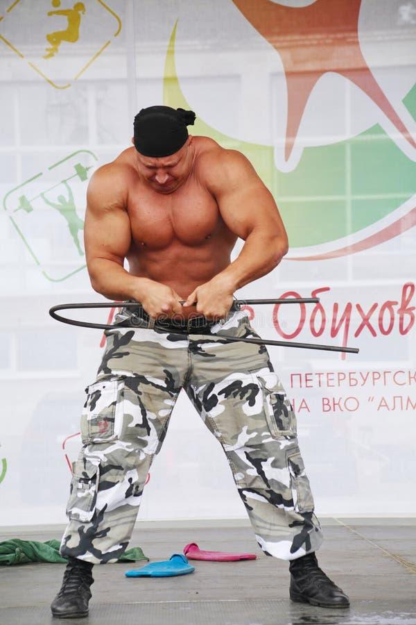 Zeigen Sie der Gruppe das athletische Petersburg stockbild