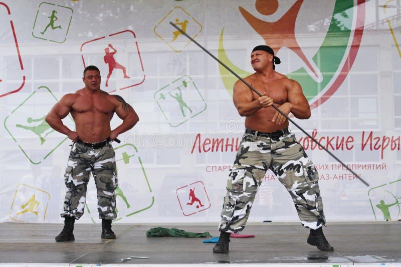 Zeigen Sie der Gruppe das athletische Petersburg lizenzfreie stockbilder