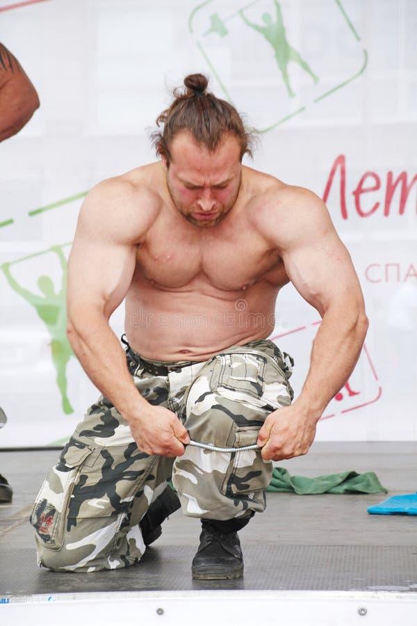 Zeigen Sie der Gruppe das athletische Petersburg Meister, Meister des Sports Dmitry Klimov stockbild