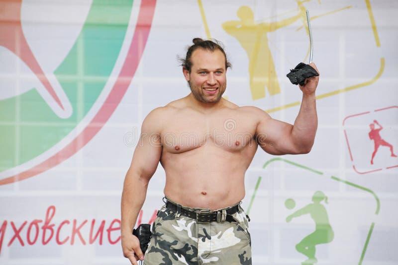 Zeigen Sie der Gruppe das athletische Petersburg Meister, Meister des Sports Dmitry Klimov lizenzfreie stockfotos