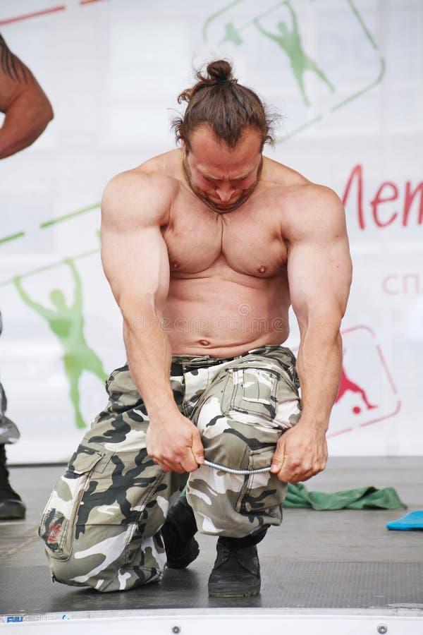 Zeigen Sie der Gruppe das athletische Petersburg Meister, Meister des Sports Dmitry Klimov lizenzfreies stockfoto
