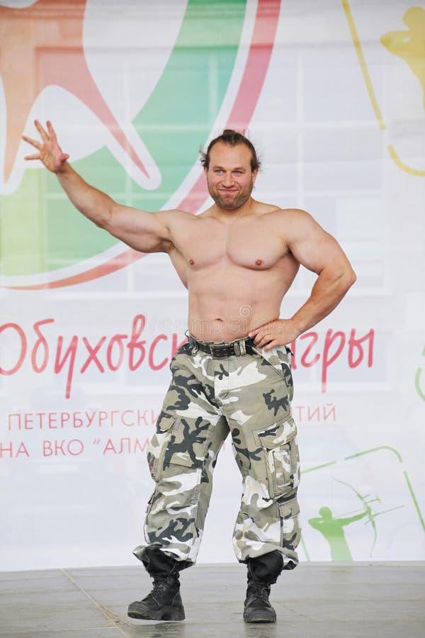 Zeigen Sie der Gruppe das athletische Petersburg Meister, Meister des Sports Dmitry Klimov stockfotografie