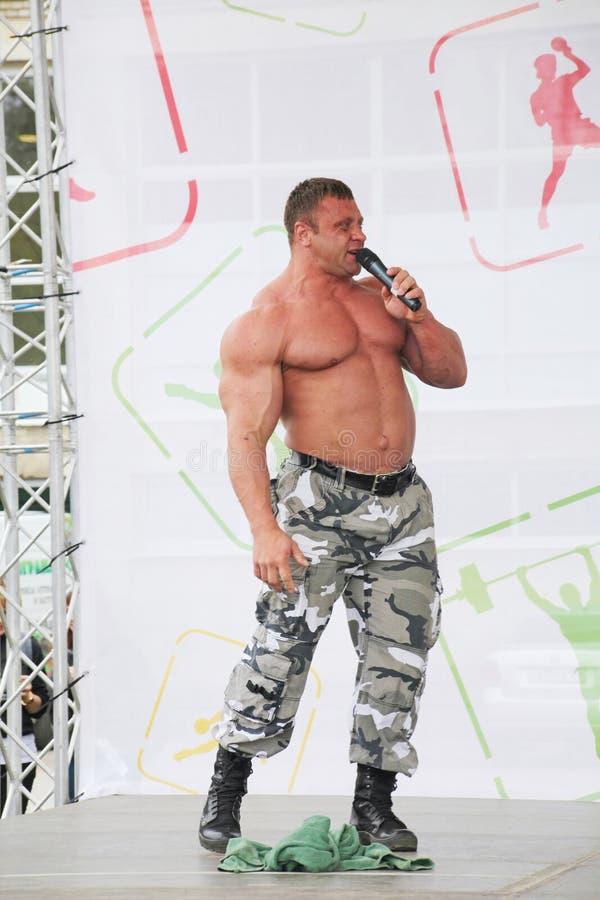 Zeigen Sie der Gruppe das athletische Petersburg Meister, Meister des Sports Dmitry Krylov lizenzfreies stockfoto