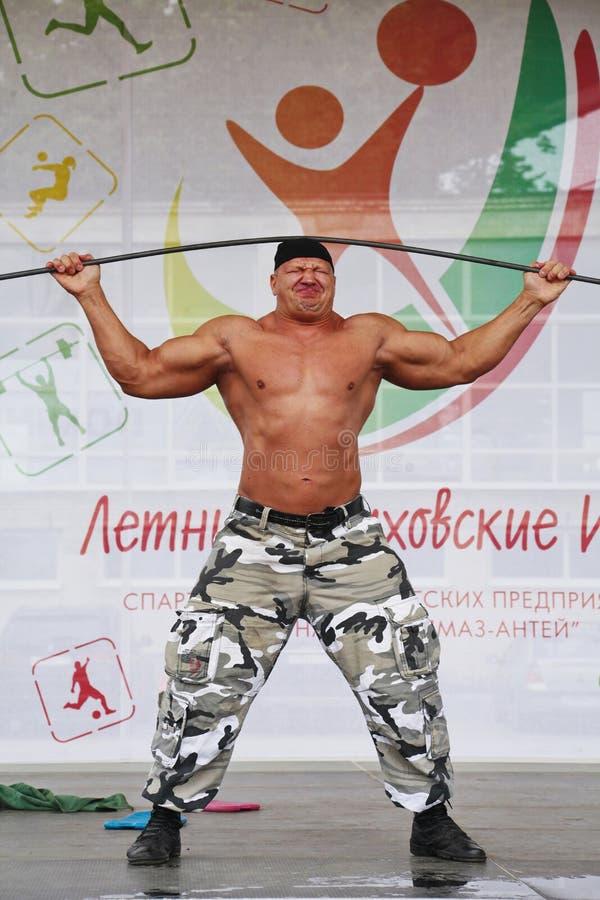 Zeigen Sie der Gruppe das athletische Petersburg Meister, Meister des Sports Sergei Sebald lizenzfreie stockbilder