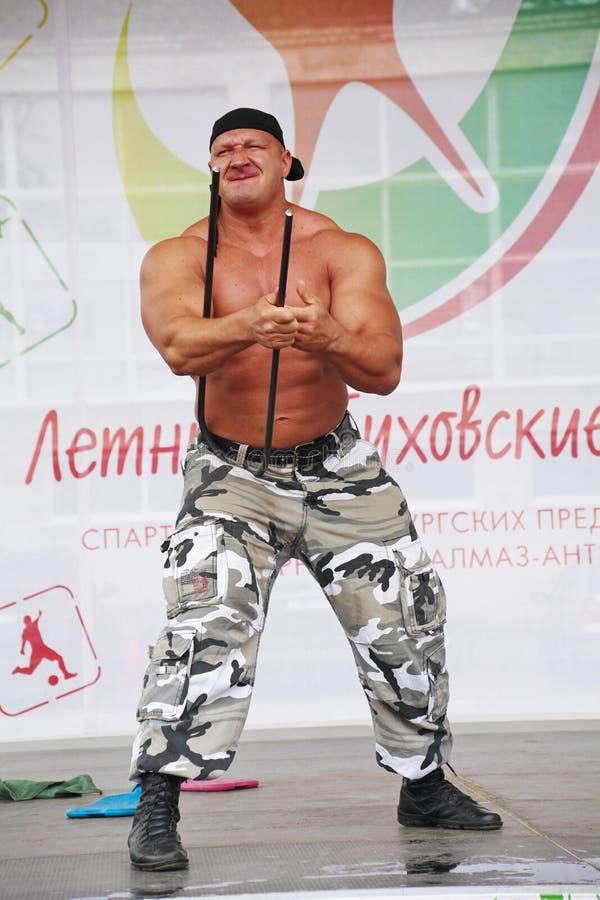 Zeigen Sie der Gruppe das athletische Petersburg Meister, Meister des Sports Sergei Sebald stockfotos