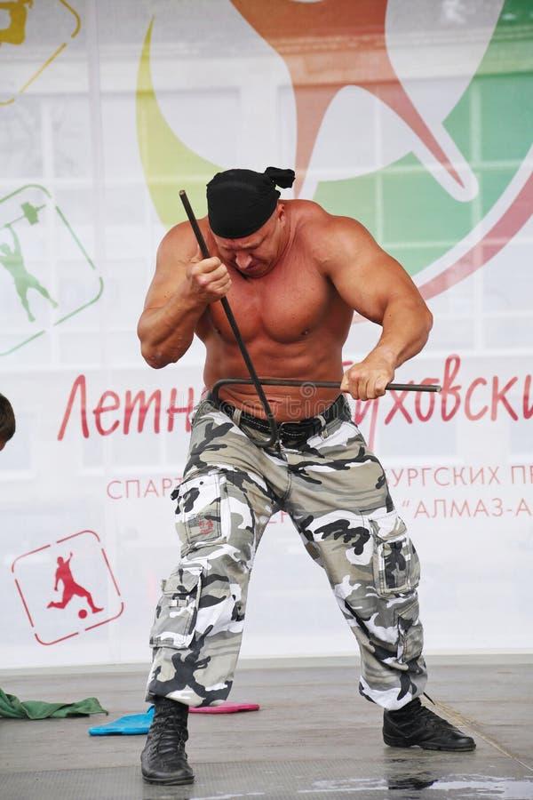 Zeigen Sie der Gruppe das athletische Petersburg Meister, Meister des Sports Sergei Sebald lizenzfreie stockfotos