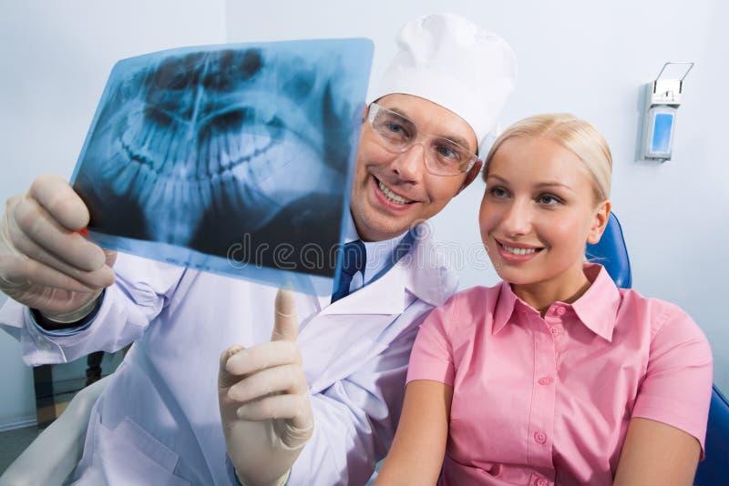 Zeigen von Röntgenstrahlfotographie lizenzfreie stockbilder