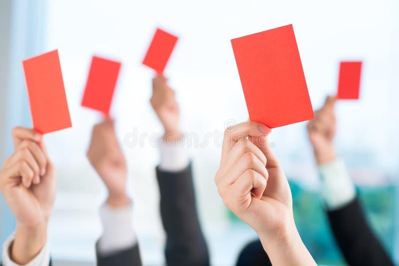Zeigen von roten Karten stockfoto