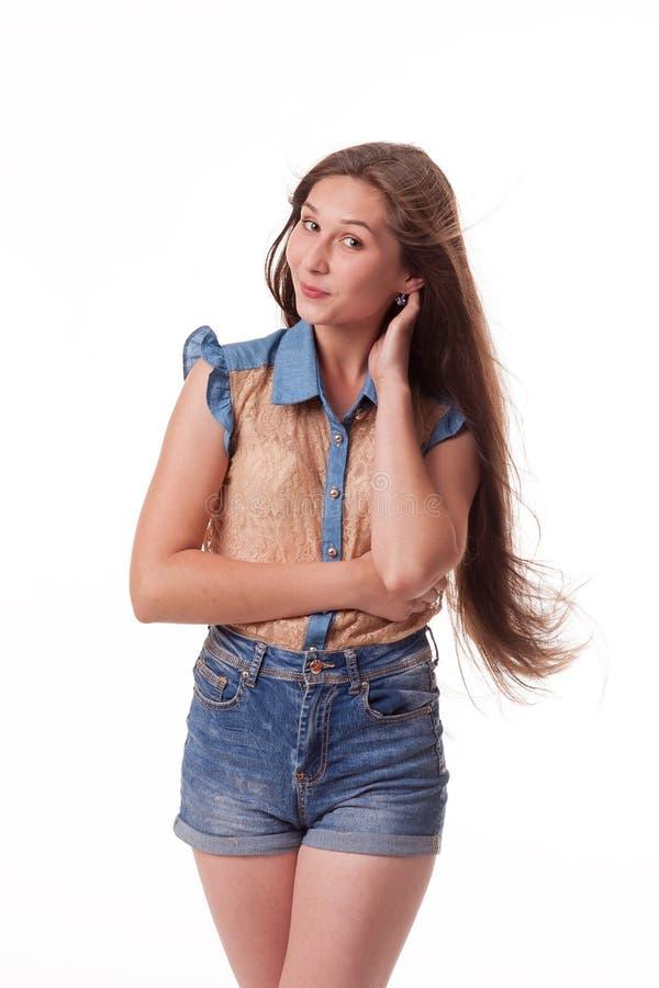 Zeigt verschiedene Gefühle, Porträt von kurzen Hosen eines tragenden Denims des schönen weiblichen Modells und Braunhemd auf weiß lizenzfreie stockfotos