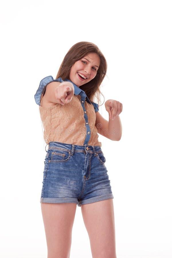 Zeigt verschiedene Gefühle, Porträt von kurzen Hosen eines tragenden Denims des schönen weiblichen Modells und Braunhemd auf weiß lizenzfreies stockbild