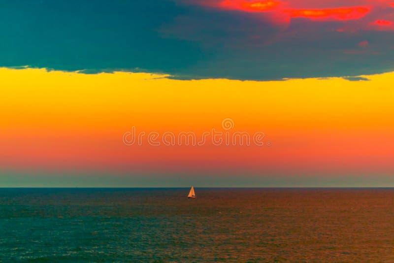 Zeilboot in beautful oranje zonsondergang royalty-vrije stock fotografie