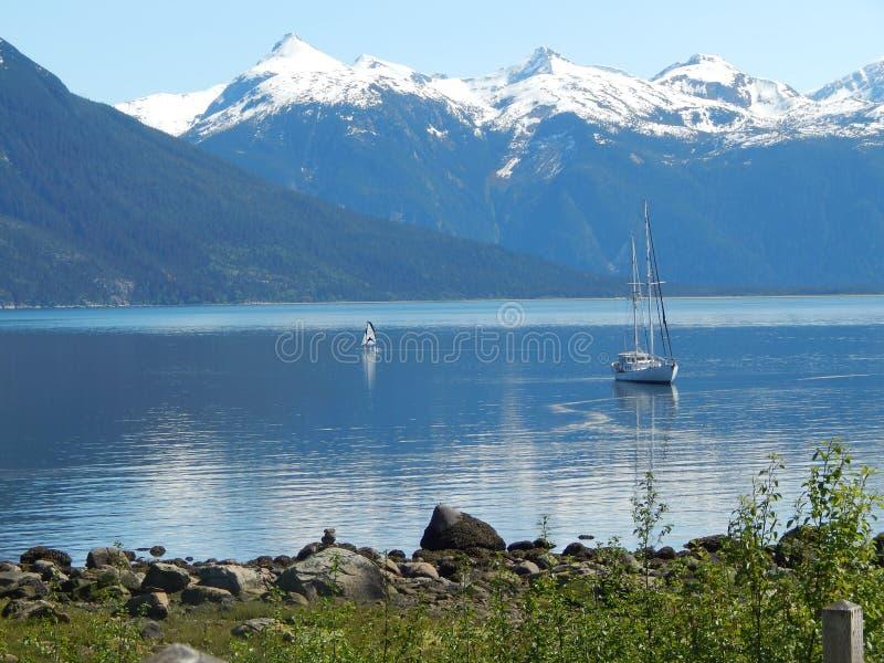 Zeilboot bij anker op een zonnige dag stock afbeeldingen